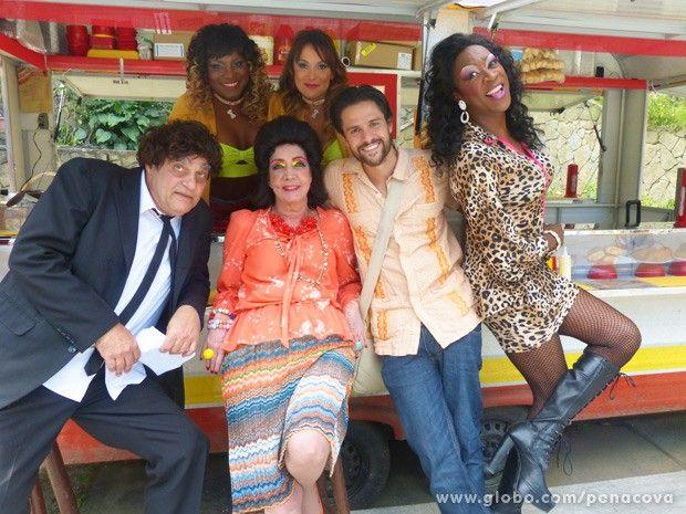 Alejandro posa ao lado do elenco de Pé na Cova #PeNaCova | TV Globo