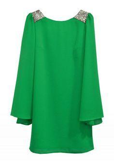 Vestido corto en gasa verde para boda con mangas murciélago.