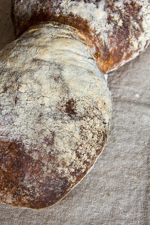Neben dem St. Gallerbrot habe ich eine weitere Schweizer Brotspezialität gebacken. Die Anregung dazu hat mir Bernd geliefert, der mit seiner Hobby-Biobäckerei beachtliche Ergebnisse erzielt. Das Basler Brot wird wie auch das St. Gallerbrot paarig gebacken, d.h. zwei Teiglinge berühren sich beim Backen. Typisch ist außerdem die sehr dunkle, mehlige Kruste und das mittelporige Innere. Außerdem Weiterlesen...