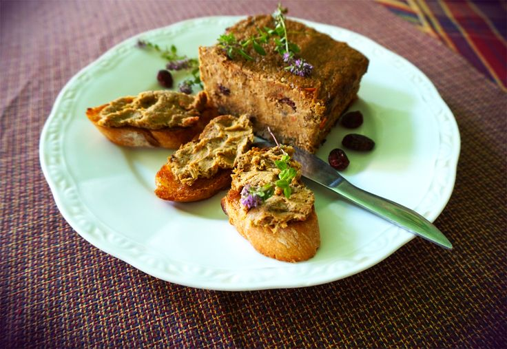 Запечений паштет - це дуже смачно. А присмачений настояними на бренді журавлинками - перетворюється на святкову страву.