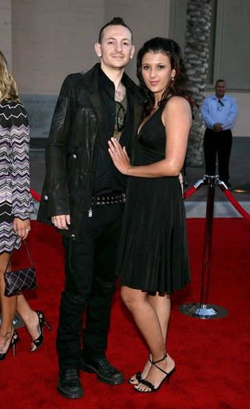Chester Bennington Photos - Chester Bennington of the band Linkin Park and wife Talinda arrive at the 2006 American Music Awards held at the Shrine Auditorium on November 21, 2006 in Los Angeles, California. - Chester Bennington Photos - 941 of 942