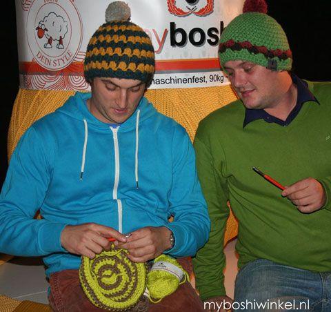 Thomas en Felix aan het haken bij de boekintroductie bij handwerk.nl en myboshiwinkel.nl!