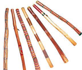 Alle unsere Didgeridoos sind aus echtem Australischem Eukalyptus, welche von Termiten ausgehöhlt wurde. Jedes Instrument wird danach weiter behandelt wobei jedoch der Klang des Didgeridoos immer im Vordergrund steht. Jedes Instrument hat seinen eigenen Ton, seinen eigenen Charakter und sein eigenes Aussehen.  Das Hauptanliegen von Didgeridoo House ist, dem Klang des Didgeridoos die Priorität zu geben. Das Instrument soll gespielt und nicht an die Wand gehängt werden.  Wir beziehen unsere…