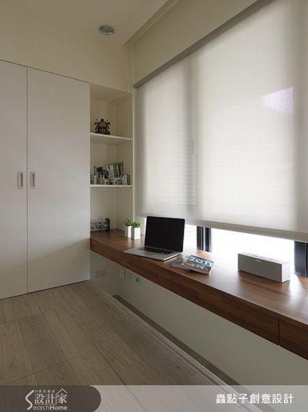 設計師在窗邊的臥榻下留有放腳的空間,平時除了能做在臥榻上休息,也可以當成書桌,相當有意思!