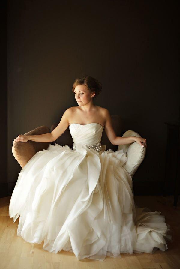 Such an interesting wedding dress... Love the skirt!!