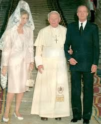 Visita a España del Papa Juan Pablo II, junto a los Reyes de España.  Because she was a queen, Sophia got to wear all white for her audience with the Holy Father.  All other women must wear black.