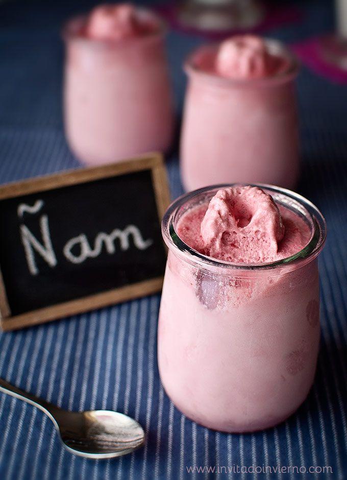Una delicada y fácil de hacer mousse helada de frambuesa, con merengue como base.