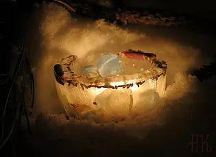 Urban Arcana - Une Flamme dans la Neige - Vous cherchez une idée pour célébrer Imbolc ou encore aimeriez profiter de l'énergie magique de la Pleine Lune des Neiges du 10 février? Essayez ce sortilège de luminaire de glace!