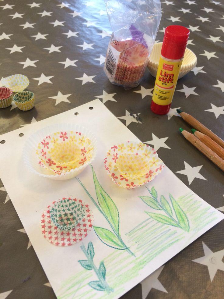 Ett enkelt och gulligt pyssel att göra med barn 3+ :) allt som behövs är bull- och knäckformar i olika storlekar och färger, lim, färgpennor och papper.