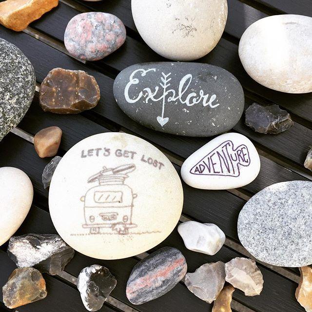 Let's get lost, explore: adventure ! Deze stenen vonden we op het strand in Denemarken. Tja kon het niet laten om ze wat te versieren... #cecielmaakt #doodles #handlettering #stenen #denemarken #vakantiegevoel #quoteoftheday #quotes #letsgetlost #adventure #explore