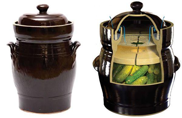 En la foto podéis ver una vasija de cerámica de las que se utilizan para la fermentación de alimentos. No es imprescindible, pero cuenta con un diseño y complementos que facilitan la elaboración de chucrut, kimchi y cualquier otro encurtido que se realice por fermentación.Este tipo de recipientes para fermentación se conoce como Harsch crock, una olla de barro muy fácil de encontrar sobre todo en los países en los que es muy habitual el consumo de encurtidos y con afición a la elaboración…