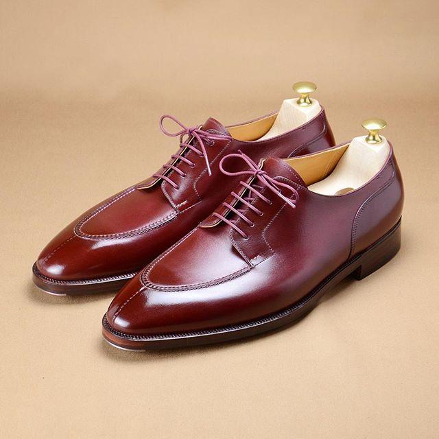 Split toe derby in burgundy calf for Mr. L. #hiroyanagimachi #bespokeshoes