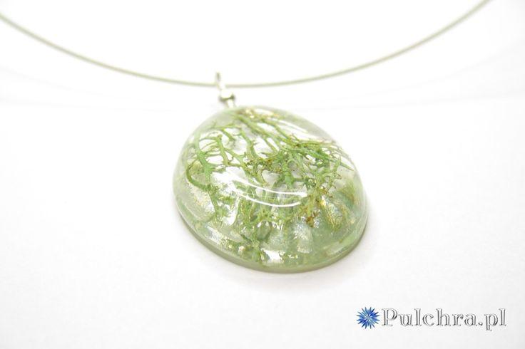 Naszyjnik z żywicy z porostami / Resin necklace with lichens inside oval pendant.