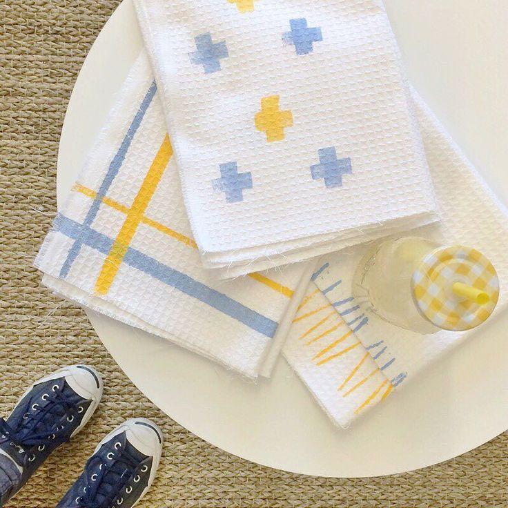 Cette semaine sur le site @lesideesdemamaison je vous montre comment peindre du linge de vaisselle avec 3 techniques différentes  1 item - 3 DIY!! #doityourself #diy #lingedemaison #dishtowel #scandinavian #kitchendiy #homedecor #homesweethome by petitspotcreatif