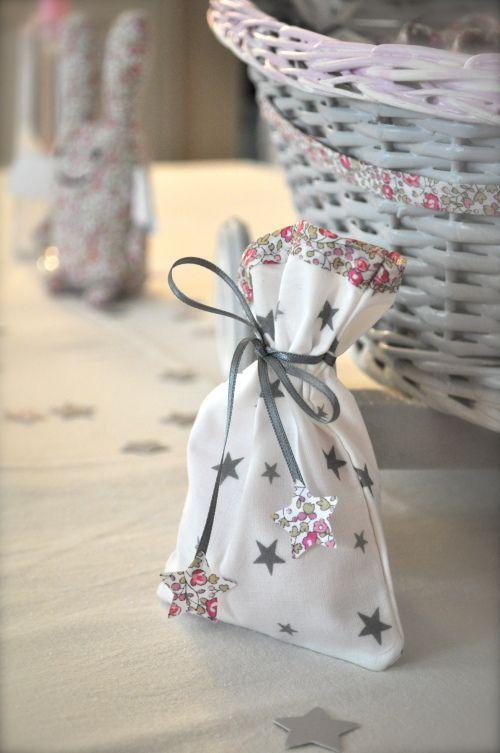 Sachet dragées, étoiles, Liberty Eloise rose, ruban gris