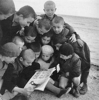 Παιδιά διαβάζουν κάπου στην Αττική, γύρω στο 1950 φωτ.Βούλα Παπαιωάννου