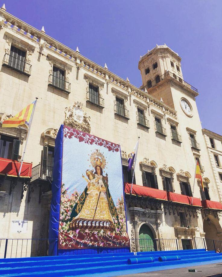 Preparativos para la tradicional #Alborada en honor a Nuestra Señora del Remedio, Patrona de #Alicante en la Plaza del Ayuntamiento. #MifotoAlicante #AlicanteCity #AlicanteCultural #CostaBlanca