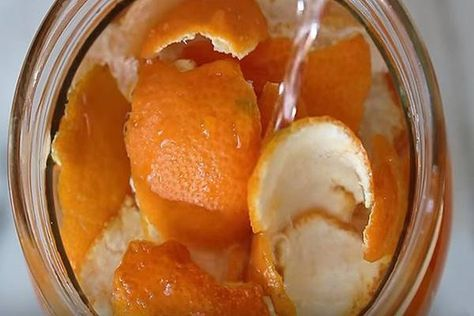 Üvegbe teszi a narancs héját, majd ecetet önt rá. Amikor megértettük miért, azonnal megcsináltuk!