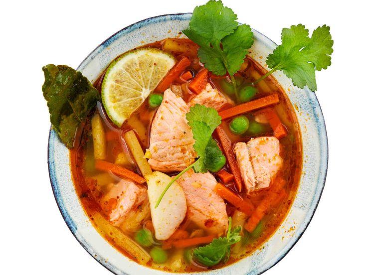 Lohikeiton liemi saa makua currytahnasta ja kaffirlimetinlehdistä.