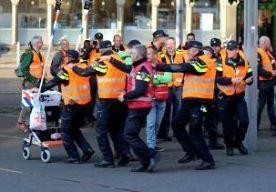 29-Jun-2015 17:32 - KORT GEDING TEGEN POLITIEACTIE BIJ TOUR. Minister Van der Steur en burgemeester Aboutaleb van Rotterdam spannen een kort geding aan tegen de politiebonden om de cao-actie tijdens de Tour de France zondag een halt toe te roepen. Vanochtend hadden de politiebonden een overleg op het ministerie van Veiligheid en Justitie met vertegenwoordigers van minister Van der Steur, maar de partijen zijn er niet uitgekomen. De cao-onderhandelingen tussen de politiebonden en het...