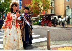 横浜市中区常盤町の馬車道通り2017年には馬車道が150年を迎えるんだって 歴史のある馬車道商店街で10月31日から11月3日に馬車道まつりが開催されるんです  11月31日はガスの日なんだけどこれは大江橋から馬車道本町通りにかけて初めてガス灯が灯ったことからなんだって 馬車道まつりの開催中は横浜ガスライトフェスティバルも開催されるんです  11月3日は馬車人力車の試乗会が開催ほかにもいろんなイベントがあるみたい 夜にはプロジェクションマッピングもあるみたい  http://ift.tt/2dHOrsk   http://ift.tt/2dUY760 tags[神奈川県]