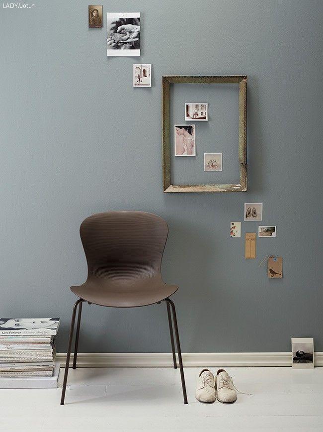 En mjuk blågrå nyans på väggarna skapar en lugn och behaglig känsla till ditt rum. Testa måla med en ultramatt färg, som LADY Pure Color från Jotun.