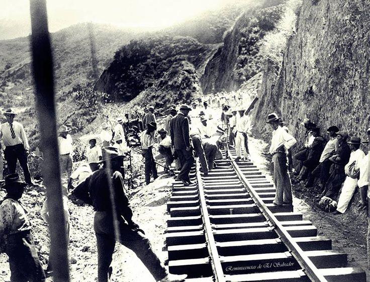 República de El Salvador Alrededor de 1920 , Fred Lavic Presidente de la nueva línea de ferrocarriles en América Central, coloca la última pista de la línea que une San Salvador a los Ferrocarriles Internacionales de Centro América y el Océano Atlántico.