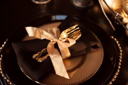 Сервировка свадебного стола в коричневых и золотых оттенках