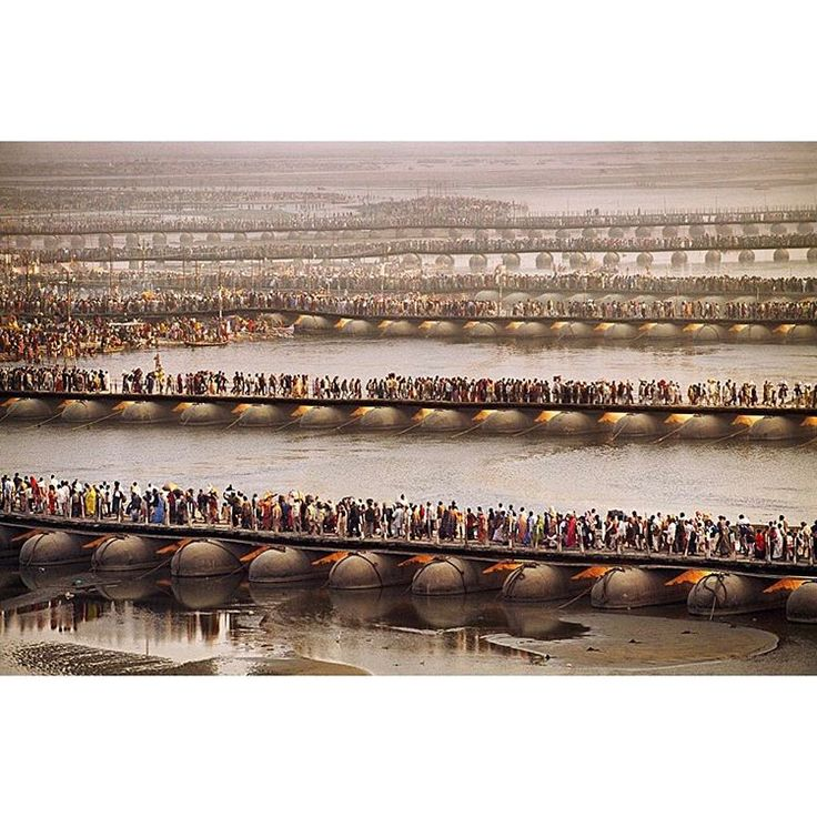 """Gefällt 63.2 Tsd. Mal, 439 Kommentare - Steve McCurry (@stevemccurryofficial) auf Instagram: """"Temporary pontoon bridges across the Ganges River help facilitate movement of some of the 30…"""""""