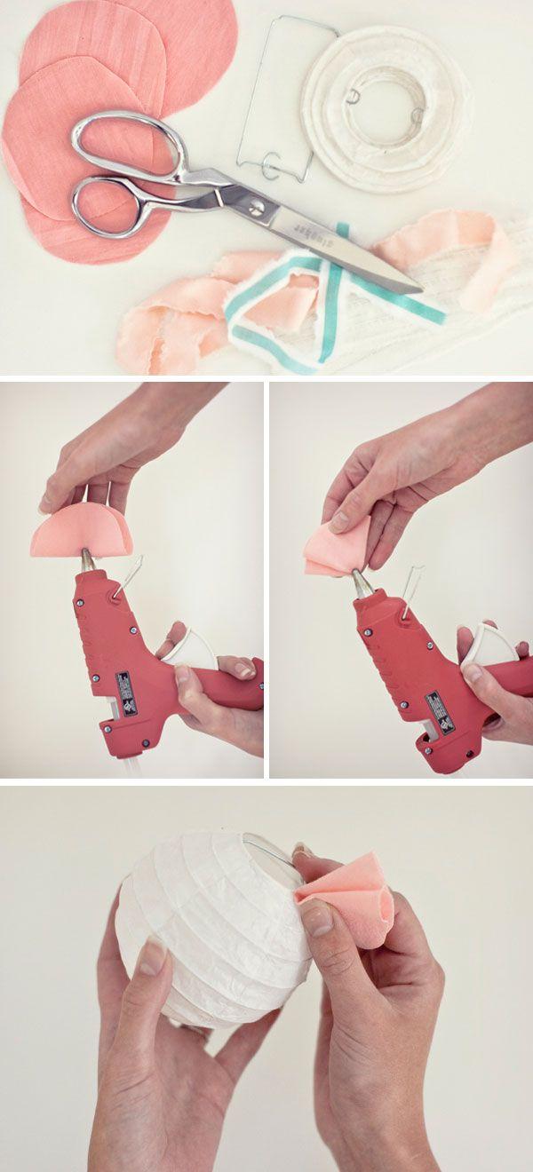 Fournitures: tissu, des ciseaux, pistolet à colle chaude, et des lanternes chinoises.    1: Découpez des cercles de tissu.  2: Pliez chaque cercle en deux et mettez un peu de colle chaude au centre, puis replier-les.  3: Appliquez de la colle chaude sur le bas du cercle plié.  4: Collez le morceau de tissu sur la lanterne chinoise.  5: Répétez ces étapes jusqu'à ce que la lanterne soit entièrement couverte.