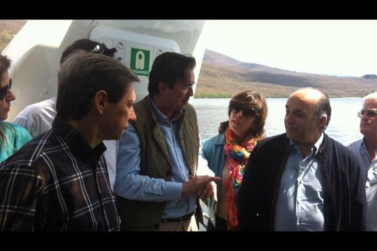 EMBAJADOR DE LA UNIÓN EUROPEA visita nuestro Catamaran Eólico-Solar en el Lago de Sanabria. Le acompañan el Vicepresidente de la Entidad Región Norte de Portugal, el Doctor Guillén y el Director de Europarques.