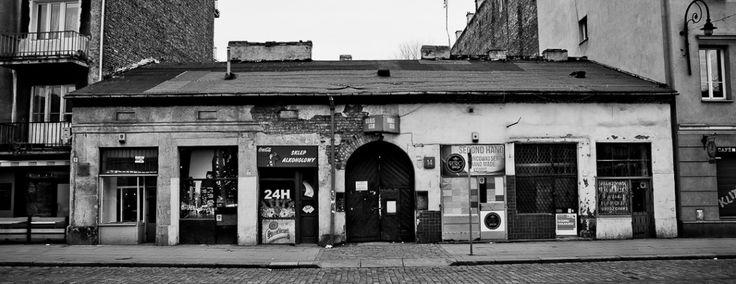 Najniższy z budynków na ulicy Ząbkowskiej, niepozorny, zaniedbany, a w rzeczywistości najbardziej wyjątkowy – to kamienica Podbielskiej pod numerem 14. Czytaj więcej na naszym blogu: www.blog.koneser.eu
