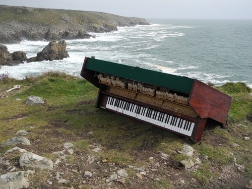 Plogoff.  Le mystère du piano sur la falaise: Piano Sur, Articles Archives, Some Piano, Mystery Piano, La Falaise, Arches Articles, Piano Cliff, Wild Piano, The Mer