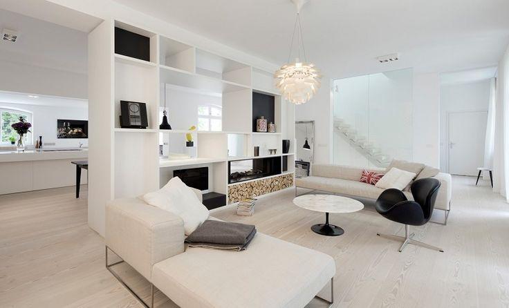 pavimento in parquet chiaro in un salotto moderno con divani bianchi