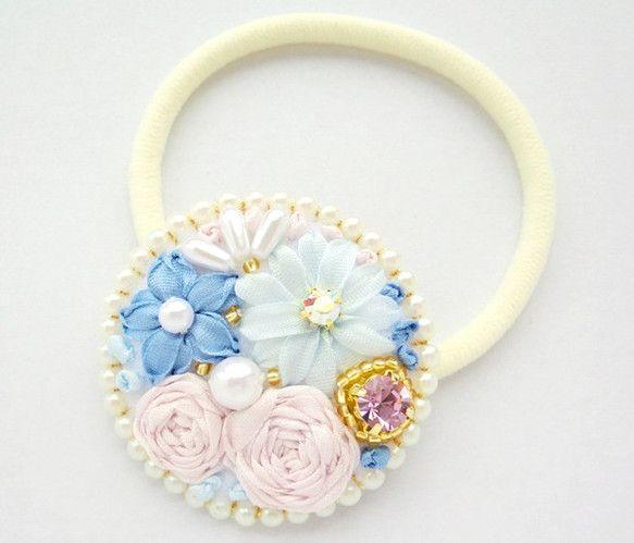シルクリボンをお花の形に刺繍して、パールやビジューを散りばめました+°プリンセスのお庭に咲く綺麗なお花をイメージしています*裏面はヘアゴムが伸びても付...|ハンドメイド、手作り、手仕事品の通販・販売・購入ならCreema。