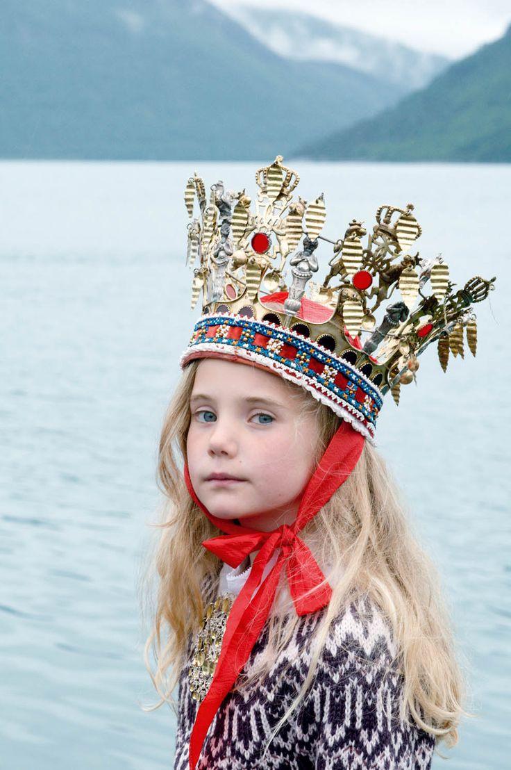 Nord Way. Photos : Sandie Carol Dougnac. Style : Hélène Lahalle.  Photos réalisées à Rosendal (Norvège). #girl #crown