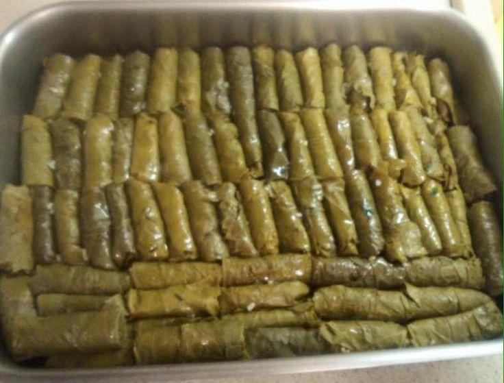 Και θα αρχίσουμε την εβδομάδα με τα αγαπημένα μου σαρμαδάκια από τα χεράκια της μανούλας μου😊😍#CrazyMOMS    Σαρμαδάκια στον φούρνο    Συστατικά για 6-8 άτομα  500 γρ φρέσκα αμπελόφυλλα ή απο βάζο  2 φλυτζάνια ρύζι  2 κρεμμύδια ψιλοκομμένα  4-5 κρεμμυδάκια φρέσκα ψιλοκομμένα  1 ματσάκι