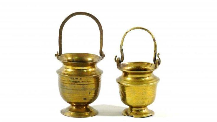 Lot 1104 - 2 wijwater emmers 2 bronzen wijwaterbakjes met hengsel, 17e eeuw, h. 9,5 en 8,5 cm
