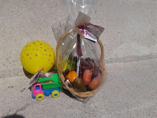 Cesta de fruta y juguete para el hermano mayor.  49 euros