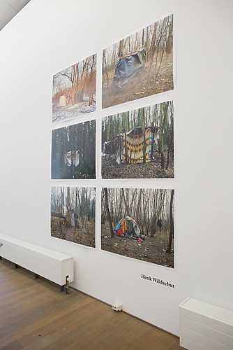 Henk Wildschut, Shelter (Calais, Frankrijk). Foto linksboven: januari 2009, de overige foto's: januari 2006. © Jordi Huisman, Museum De Paviljoens