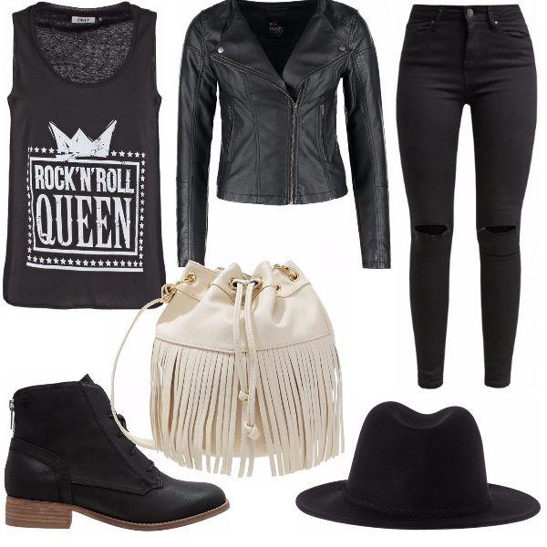 """Classico outfit stile rock caratterizzato da un giubbotto di pelle rigorosamente nero, un top nero con la scritta """"ROCK'N'ROLL QUEEN"""", jeans neri strappati sul ginocchio, stivaletti bassi neri, cappello panama nero e borsa di pelle con frange bianca. Il bianco/panna della borsa pensa a """"spezzare"""" quel nero che caratterizza quasi tutti gli outfit rock con una punta di originalità e contrasto."""