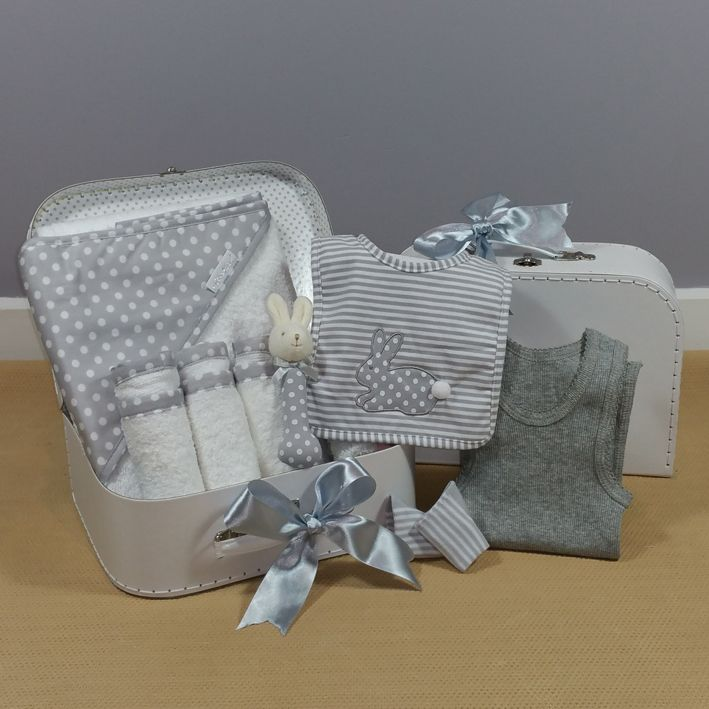 A neutral baby gift hamper perfect for corporate baby gift giving. #corporatebabygift #neutralbabygift
