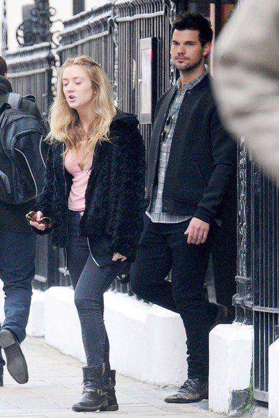 Тэйлор Лотнер и Билли Лурд были замечены прогуливающимися по тем местам Лондона, где любила бывать ушедшая из жизнь актриса Кэрри Фишер - мать Билли Лурд