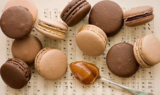 Фотография: Шоколадные макаруны лежат на нотах
