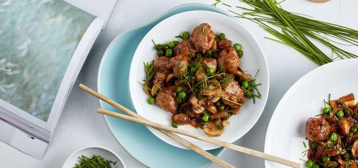 Kjøp Stekte pølser og champignon i hoisinsaus og resten av ukeshandelen med ett klikk! Rå pølser blir til små kjøttboller når man steker dem i biter, enkelt og veldig godt! Hoisinsaus gir pøslene en fantastisk smak med litt sødme.