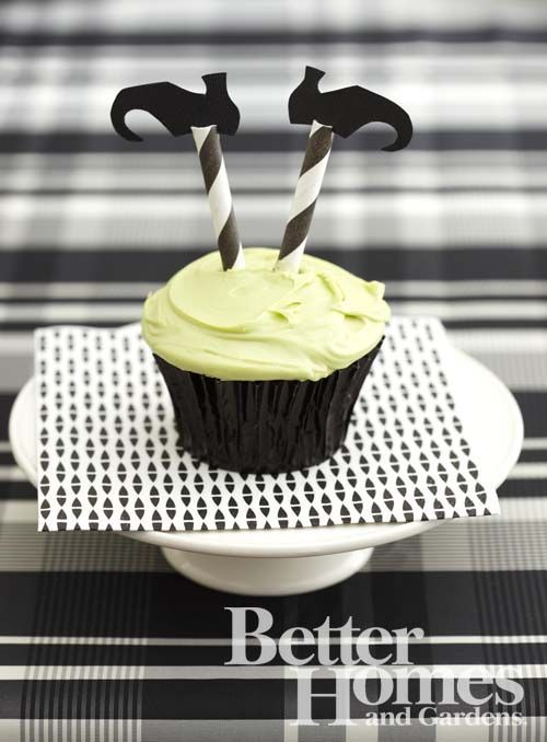 Wizard of Oz Centerpiece   Witch Leg Halloween Cupcakes - made with paper straws!   Halloween
