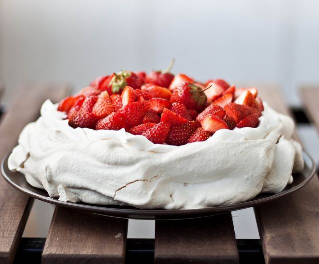 Pavlova cu capsuni by Cooking with a view, via Flickr