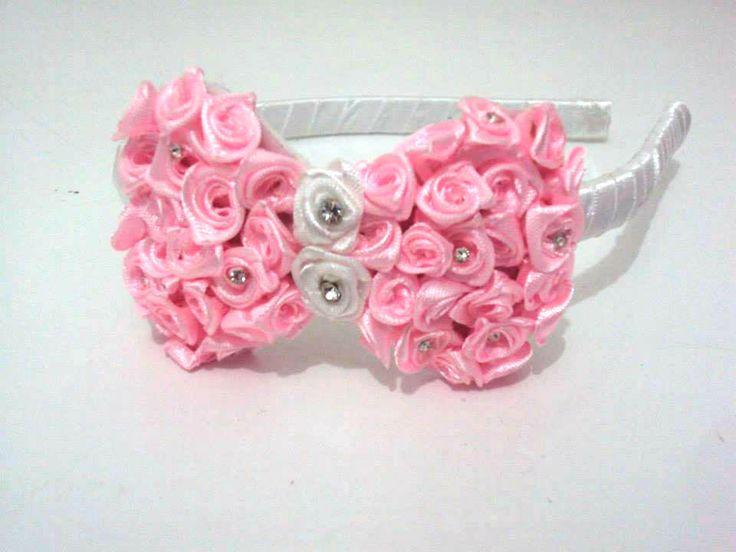 Tiara flexível forrada em cetim branco e laço bordado em rosas e strass.  Opções de Cores: vermelho, rosa , marron, creme, pink, azul, preto,verde.  Exclusivo Mini Princesa
