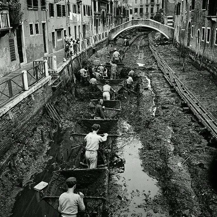 history_in_photoЧистка каналов в Венеции, 1956 г. Для того, чтобы увидеть, какова же глубина каналов в Венеции, достаточно дождаться периода их обмеления, который вот уже на протяжении нескольких десятков лет используется как для очистки дна каналов, так и для реставрации старинных средневековых венецианских палаццо. Глубина каналов Венеции совсем невелика. Она достигает 2,5, максимум 3 метров. Один лишь Гранд канал (Canale Grande) в некоторых местах доходит до глубины в 6 метров.