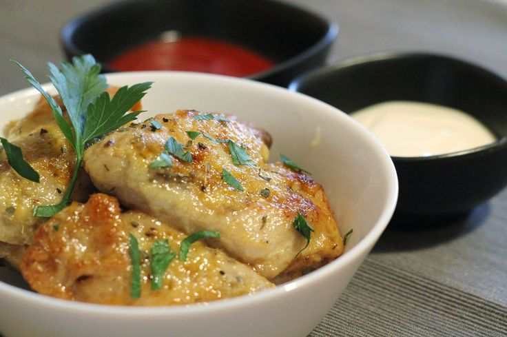 Le alette di pollo con aglio e parmigiano in una ricetta che inizia nella crockpot e finisce in forno per un secondo o un antipasto saporito e stuzzicante